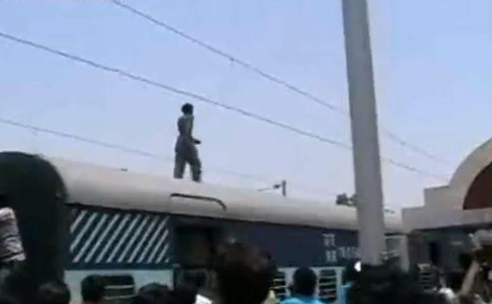 インド 電車 電線